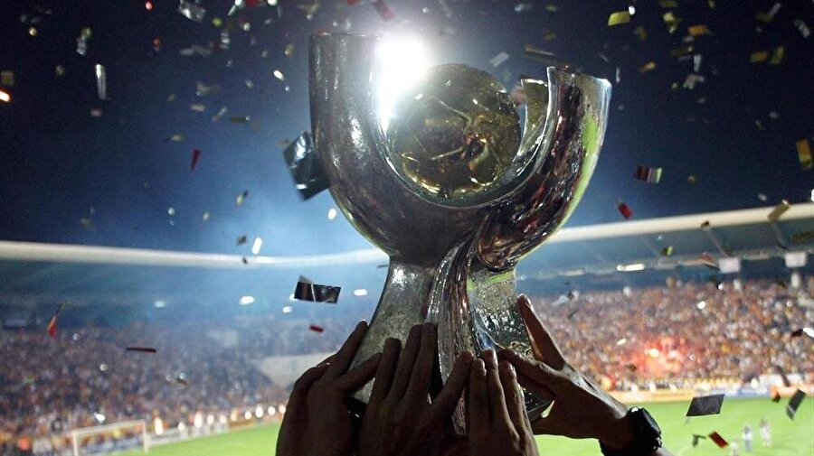 - Galatasaray'ın 4 , Beşiktaş'ın 1 kupası var                                                                                                                                                                                                                                                                                                                                                                                                                        Bu yıl 10'uncusu düzenlenen Süper Kupa'da dördüncü kez sahaya çıkacak Beşiktaş, daha önce bir kez kupayı müzesine götürebildi.  Yedinci kez bu organizasyonda yer alacak Galatasaray'ın müzesinde ise 4 Süper Kupa bulunuyor.