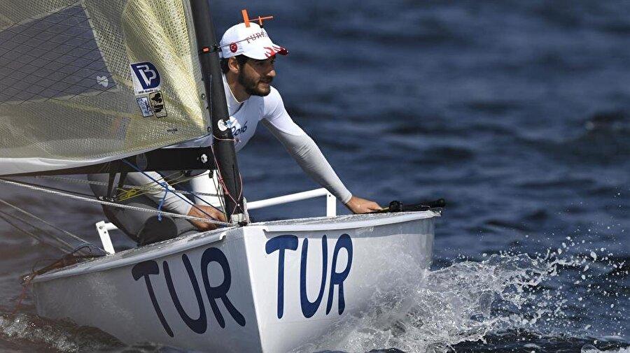Alican Kaynar 10. sırada Yelken finn sınıfında Türkiye'yi temsil eden Alican Kaynar, 7. ve 8. yarışlar sonucunda genel klasmanda 10. sırada yer aldı.