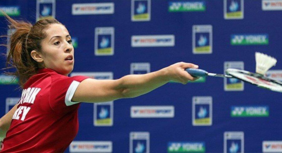 Özge Bayrak'tan iyi başlangıç Badminton tek kadın I Grubu'ndaki ilk maçında Özge Bayrak, İtalyan Jeanine Cicognini'yi 2-0 yendi. Milli sporcu bu akşam TSİ 22:40'ta Güney Koreli Bae Yeon-ju ile karşılaşacak.