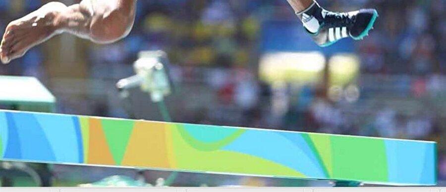 Ayakkabısı ayağından çıktı                                                                           Yarış sırasında yere düşen sporcular Diro'nun sağ ayakkabısının ayağından çıkmasına neden oldu.