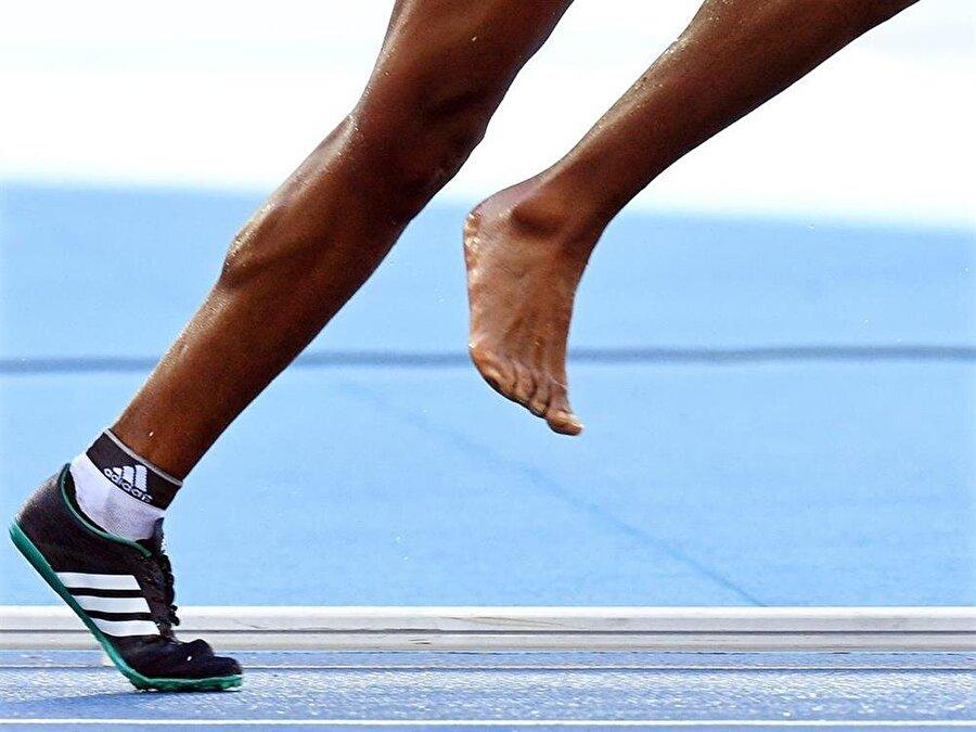 Çorapla koşmaya karar verdi                                                                            Hızlıca ayakkabısını giymeye çalışan Diro, ayakkabısının ezildiğini fark etti. Bunun üzerine ayakkabısını kenara atan Etiyopyalı çorapla koşmak istedi. Birkaç adım ilerleyen Diro, çorabını da çıkartıp attı.
