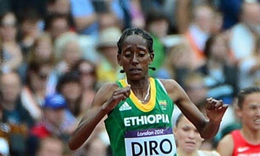 Sakinleştirmeye çalıştılar                                                                           Aldığı sonuç nedeniyle 3000 m su engelli finaline çıkamayacak olan atleti, antrenörü sakinleştirmeye çalıştı.