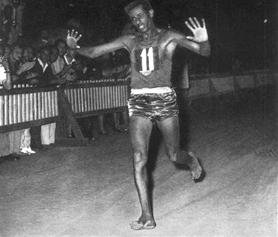 Bikila gibi koştu!                                                                           Etenesh Diro'nun azmi ise akıllara 1960 Roma Olimpiyatları sırasında çıplak ayakla koşan vatandaşı Abebe Bikila'yı getirdi.