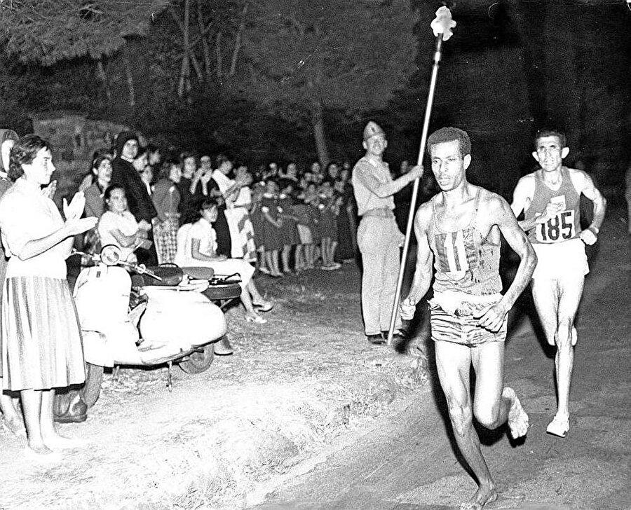 Bir ilki başardı                                                                           Abebe Bikila, Olimpiyat Oyunları tarihinde altın madalya kazanan ilk siyahi sporcudur.
