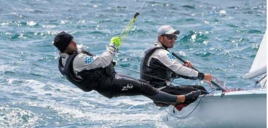 Yarış ertelendi Yelken 470 sınıfında mücadele eden Ateş-Deniz Çınar ikilisinin yarışları, olumsuz hava koşulları nedeniyle ertelendi.