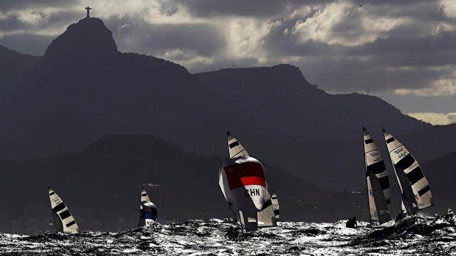 Yarış ertelendi Yelken 470 sınıfında 8, 9, 10. yarışları yapılması planlanan Ateş-Deniz Çınar kardeşlerin yarışı rüzgar yetersizliğinden ertelendi.