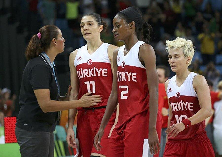 Son saniye şoku                                      Kadınlar Basketbol çeyrek final mücadelesinde Türkiye, İspanya ile karşı karşıya geldi. Ay-Yıldızlı ekibimiz son saniye basketiyle maçı 64-62 kaybetti. Potanın Perileri bu sonuçla, Rio'ya veda etti.