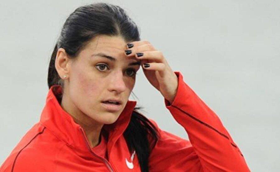 Karin Melis Mey elendi                                       Kadınlar uzun atlama elemelerinde Türkiye'yi temsil eden Karin Melis Mey'den de beklediğimiz sonucu alamadık. Milli sporcu 6.49'luk derecesiyle kendi serisinde 8'inci, genel klasmanda ise 14'üncü oldu. Mey oyunlara veda etti.