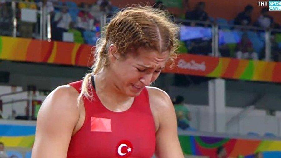 """Gözyaşlarını tutamadı                                                                                                                2012 Londra Olimpiyatlarını yakından takip edenler hatırlayacaktır; milli atlet Merve Aydın sakat sakat yarışı tamamlamış ve gözyaşları içinde pisti terk etmişti. Dün gece de milli güreşçi Buse Tosun gözyaşlarını tutamadı. 69 kiloda mücadele eden Buse Tosun, repesaj ikinci turunu geçemedi ve Rio'ya veda etti. Milli sporcu aldığı sonucun ardından ağlamaya başladı. Özellikle sosyal medyada Tosun'un gözyaşlarının ardından """"Canın sağ olsun. Sen elinden geleni yaptın"""" mesajları yayınlanmaya başladı. Öte yandan 58 kiloda mücadele eden Elif Jale Yeşilırmak da repenaj ikinci turunu geçemedi."""