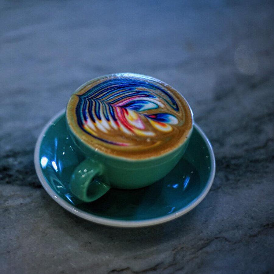 Gıda boyasından faydalanabilirsiniz                                                                                                                                                     Renkli gıda boyaları kullanarak hem kahvenizi hem hayatınızı renklendirebilirsiniz.