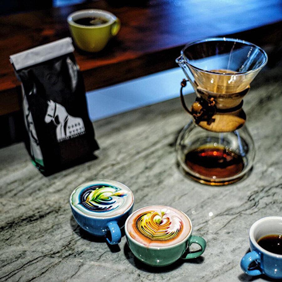 Kahvenizi hazırlayın                                                                                                                                                     Öncelikle kahvenizin demlenmesini bekleyin.
