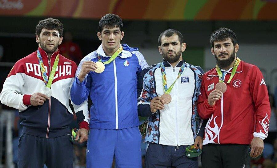 Soner Demirtaş madalyaya uzandı Erkekler serbest stil 74 kiloda mücadele eden güreşçimiz Soner Demirtaş, bronz madalya maçında Kazak sporcu Galymzhan Usserbayev' ile karşı karşıya geldi. Demirtaş rakibini 6-0 mağlup etti ve bronz madalyanın sahibi oldu.