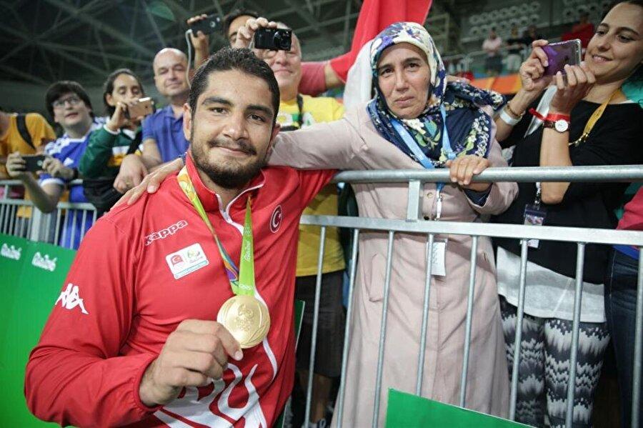 Olimpiyat şampiyonu Taha Akgül                                                                                                                                                     Türkiye'nin Rio'daki madalya umutlarının başında gelen Taha Akgül, ona güvenenleri üzmedi. Serbest stil 125 kiloda mücadele eden güreşçi Taha Akgül, finalde İranlı Komeil Nemat Ghasemi ile karşı karşıya geldi. Milli sporcumuz, rakibini 3-1 mağlup etti. Böylelikle Rio'daki ilk altın madalyamızı da kazanmış olduk. <o:p></o:p>