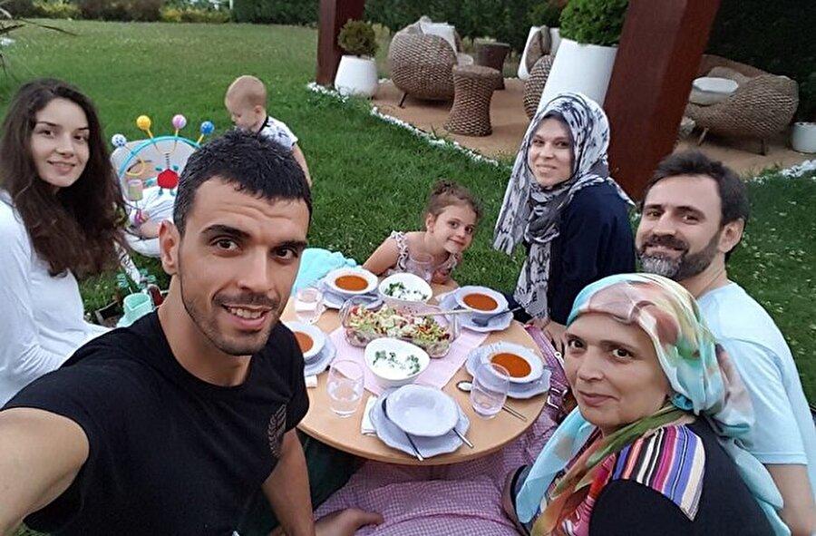 Her anı paylaşıyor                                                                                                                Sosyal medyayı etkin olarak kullanan Sofuoğlu; annesi, kız kardeşi ve yeğenlerinin fotoğraflarını paylaşmayı ihmal etmiyor. Ramazan Ayı'nda, Sofuoğlu Ailesi yaşadıkları villanın bahçesinde yer sofrası kurmuşlardı. Ünlü sporcu, iftar sofralarının fotoğrafını sosyal medyada paylaştı. Bu paylaşım çok fazla beğeni topladı.