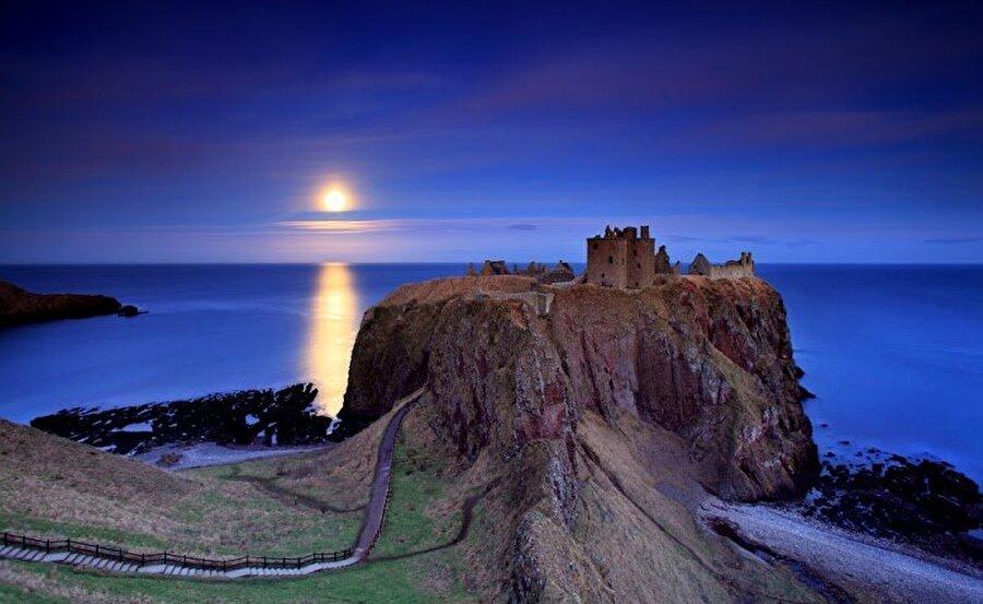 Dunnottar Kalesi, İskoçya                                                                                                                                                                                                                               15. yüzyıldan kalma olduğu söylenen bu harika kalenin görüntüsü masallardan kalma gibi değil mi? Ama masal değil, bu harika manzara İskoçya'da sizi bekliyor.