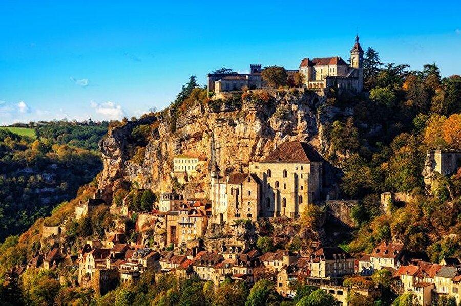 Rocamadour, Fransa                                                                                                                                                                                                                               Tarihi ve kültürel gezileri sevenler için en ideal yerlerden biri olan Rocamadour'u yüzyıllardır krallar, piskoposlar ve her ülkeden hacılar ziyarete geliyor.