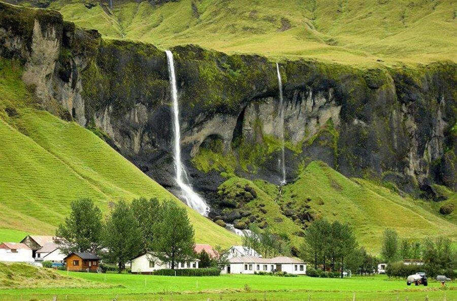 Foss a Sidu, Güney İzlanda                                                                                                                                                                                                                               İzlan'da da bulunan diğer şelalelere oranla daha popüler olan Foss a Sidu, hayatınız boyunca ziyaret edilmesi gerekenler arasında ilk sırada yer alabilir.