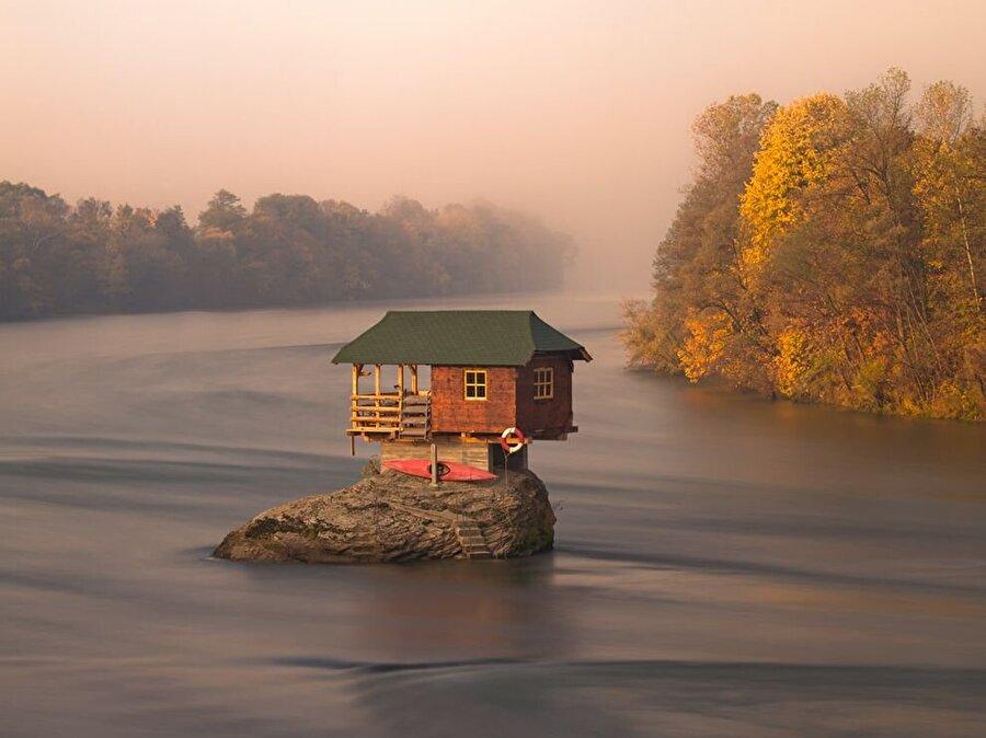 River House, Sırbistan                                                                                                                                                                                                                               Bosna ve Sırbistan sınırından akan Drina Nehri'nde bulunan bu evde birkaç gece geçirmek rüya gibi olacaktır.