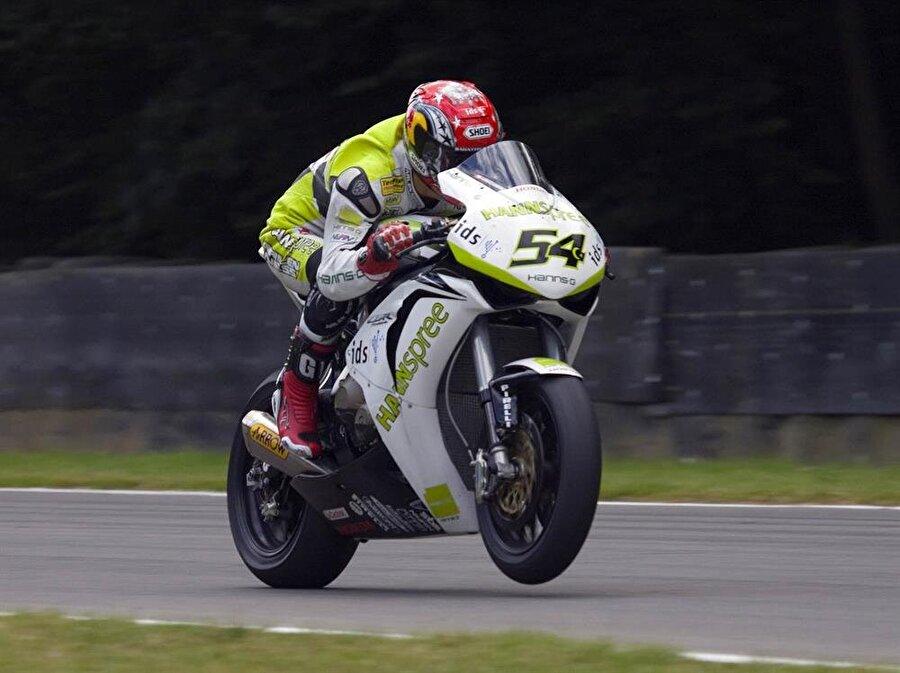 İlk yılında şampiyon oldu                                                                                                                2002'de Almanya'ya yerleşen Kenan Sofuoğlu aynı yıl Yamaha-Cup'ı kazandı.