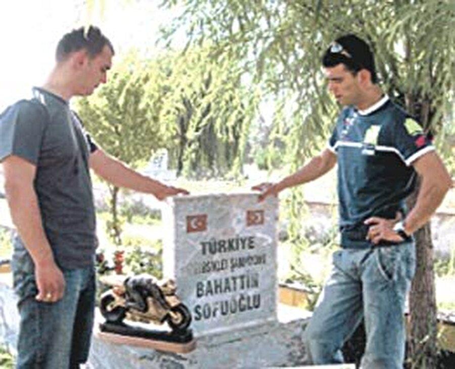 Ağabeyini kaybetti                                                                                                                2002 yılı Kenan Sofuoğlu için hem bir başlangıç hem de bir son anlamına geliyordu. 25 Ekim 2002'de Kenan Sofuoğlu'nun kendisinden altı yaş büyük olan ağabeyi talihsiz bir kaza yaşadı. Kendi dükkanlarının bulunduğu caddeden yaya olarak geçen Bahattin Sofuoğlu, bir otomobilin çarpması sonucu yaşamını yitirdi.