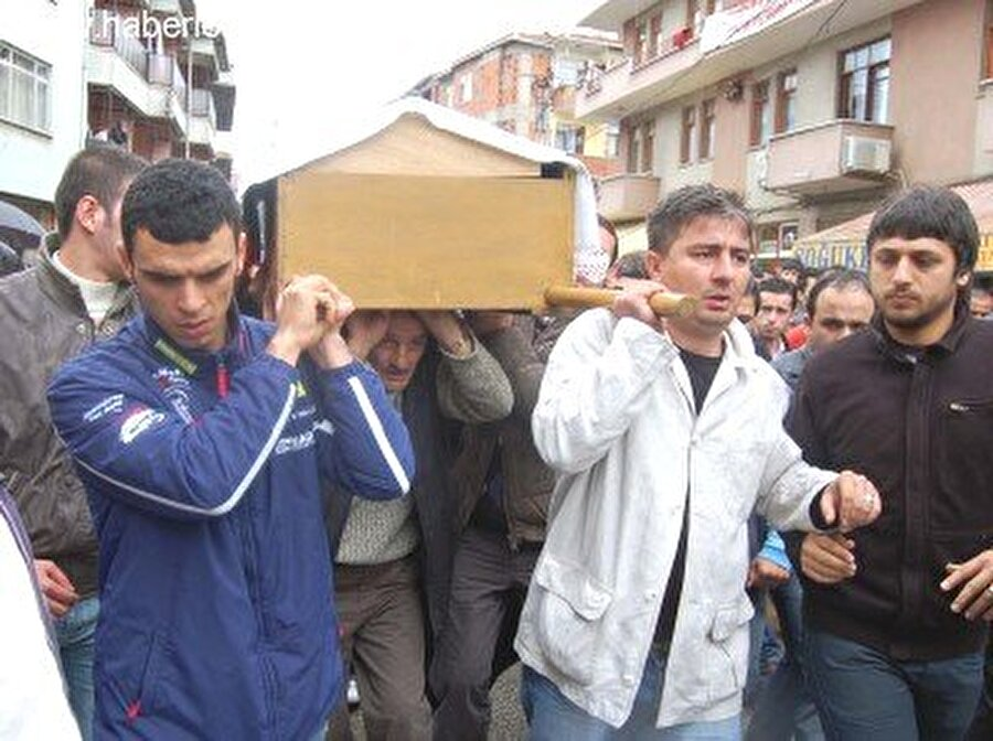 Motosiklet kazasında ağabeyi öldü                                                                                                                9 Mayıs 2008 günü kara bulutlar bir kez daha Sofuoğlu ailesinin üzerinde dolaşıyordu. Sofuoğlu'nun kendisinden iki yaş büyük ağabeyi Sinan Sofuoğlu, İzmit Körfez Pisti'nde antrenman yaparken çok ciddi bir kaza geçirdi. Kazada ağır yaralanan Sinan Sofuoğlu, yapılan tüm müdahalelere rağmen hayata tutunamadı.