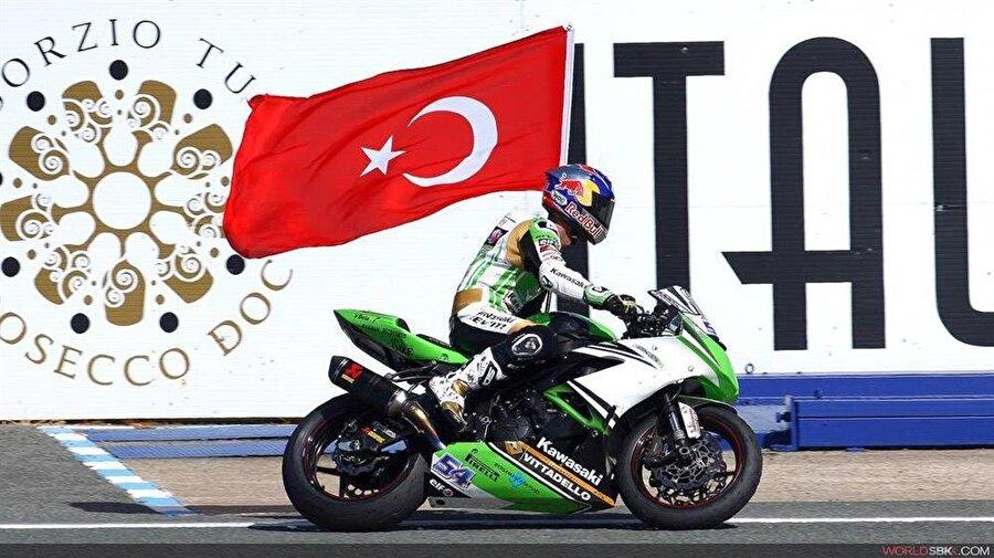 Tarihi başarı                                                                                                                2015 yılında evlat acısı yaşayan Kenan Sofuoğlu, bir kez daha Supersport Dünya Şampiyonluğu'na ulaştı. 4 kez Supersport'ta şampiyonluğa geçen Sofuoğlu tarihi bir başarıya imza attı.