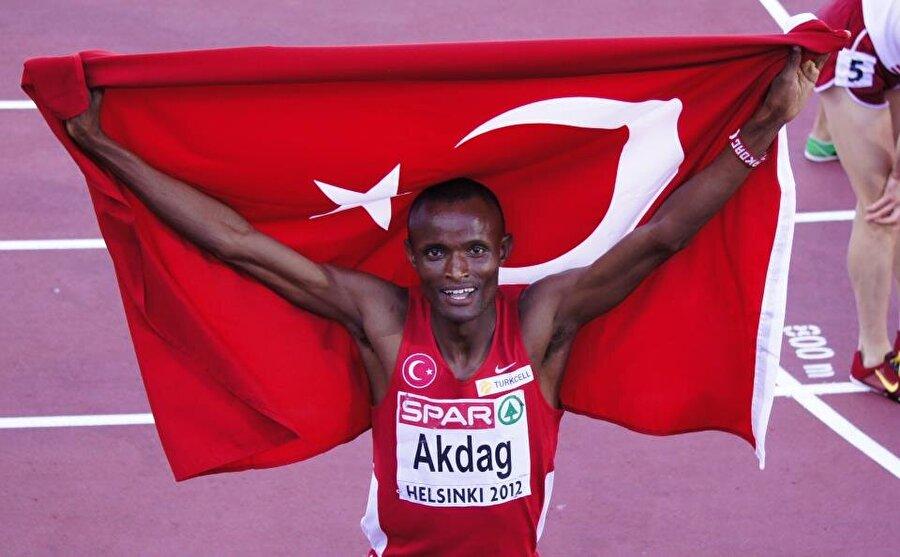 Tarık Langat Akdağ 16 Haziran 1988 Kenya doğumlu sporcunun Türk vatandaşlığına geçmeden önceki ismi Patrick Kipkirui Langat'dı. Uzun mesafe koşucusu olan Akdağ, 2012 Londra Olimpiyat Oyunları'nda da Türkiye adına yarıştı. 28 yaşındaki sporcu 2012 Avrupa Atletizm Şampiyonası 3000 metre hendekli koşuda gümüş madalyanın sahibi olmuştu. Sporcu, Enka Spor Kulübü forması giyiyor.