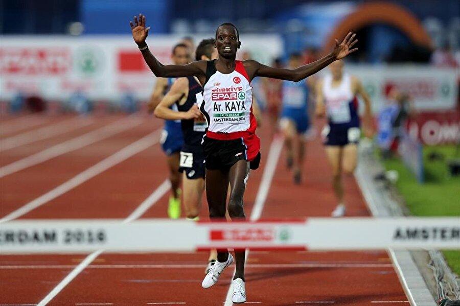 Aras Kaya Amos Kibitok da Kenya doğumlu atletlerimizden. 4 Nisan 1994'te dünyaya gelen atlet, Türk vatandaşı olunca Aras Kaya ismini aldı. Rio Yaz Oyunları'nda Aras Kaya, erkekler 3.000 m hendekli 1. turunda yarıştı. Sporcumuz 21. oldu ve oyunlardan elendi.