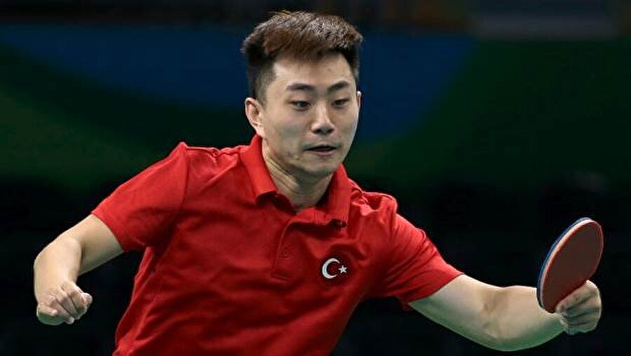 Ahmet Li 12 Ocak 1991 Çin doğumlu Hou Mei Ling, Türk vatandaşlığına geçtikten sonda Ahmet Li ismini aldı. Olimpiyatlarda erkekler masa tenisi ikinci turunda Kanadalı Eugene Wang'a 4-0 yenilen sporcu, Rio'ya veda etmişti.