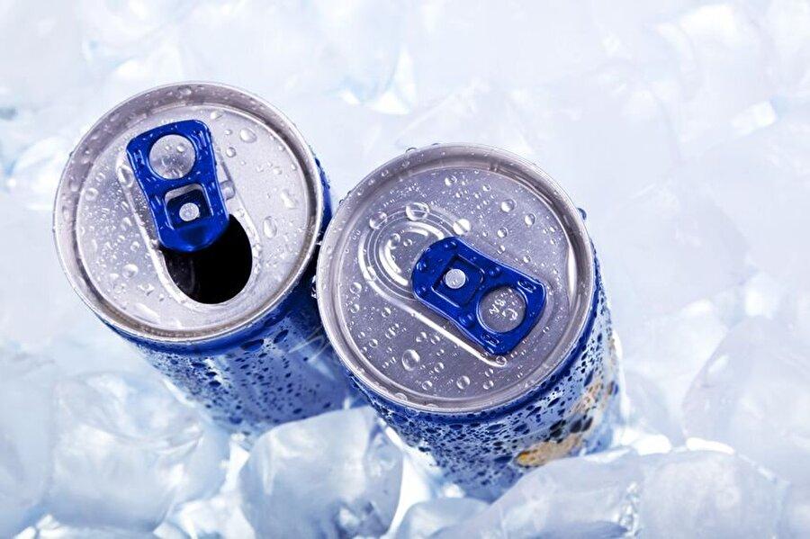 3 gençten biri enerji içeceği tüketiyor                                      Yapılan araştırmalar gösteriyor ki, 2-19 yaş arasında yaklaşık her üç gençten biri enerji içeceği tüketiyor.
