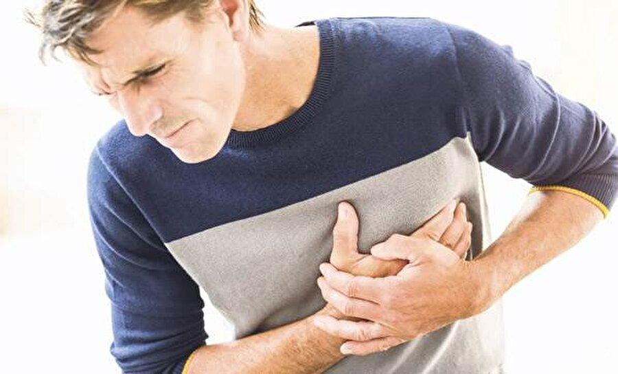 Kalp krizine neden olabilir                                      Yüksek miktarda kafein ve uyarıcı madde içeren enerji içeceklerinin fazla tüketilmesi durumu, kısa sürede kalpte ritim bozukluğu ve hatta kalp krizi ile sonuçlanabiliyor.