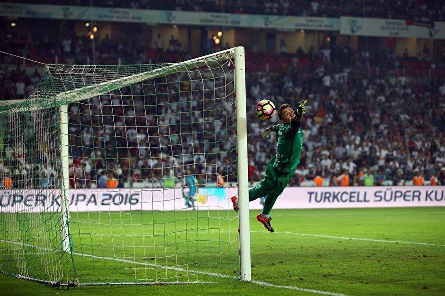 Takımının kahramanı Başarılı file bekçisi, birçok maçta yaptığı kurtarışlarla takımının sahadan puansız ayrılmasının önüne geçti.