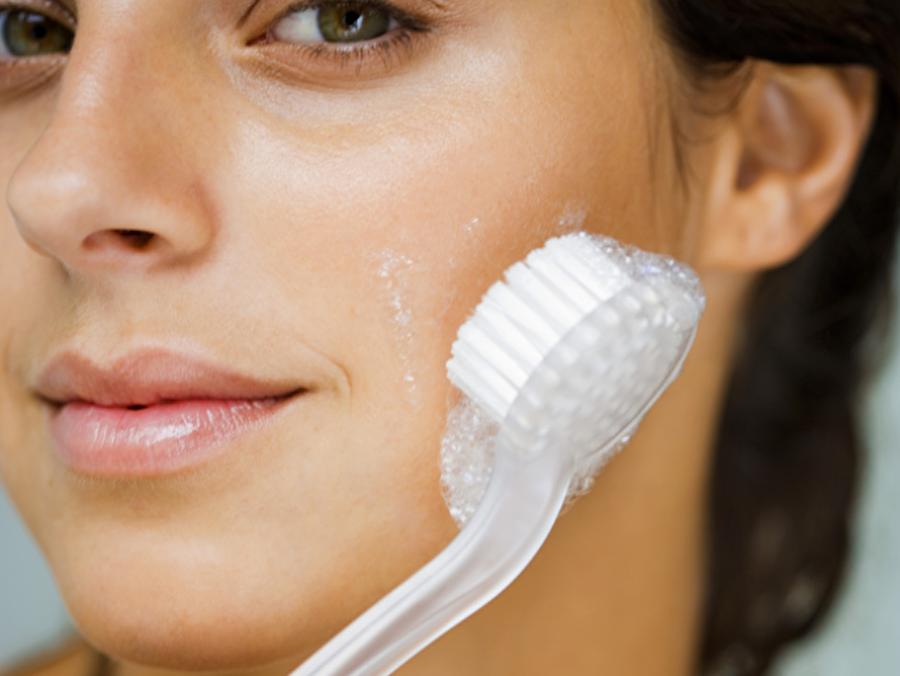 Onu temiz tutun!                                                                                                                 Aşırı güneşe maruz kalıp bronzlaşan cildinizi ölü derilerden arındırmaya başlayın. Düzenli olarak kese yapın ve cildinizi temizleyin.