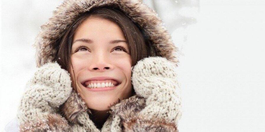 Sonbahar rüzgarlarına dikkat!                                                                                                                 Özellikle sonbaharda masum görünen rüzgarlardan, cildinizi korumaya özen gösterin. Rüzgar ve diğer etkenler cilt kuruluğuna neden olur.