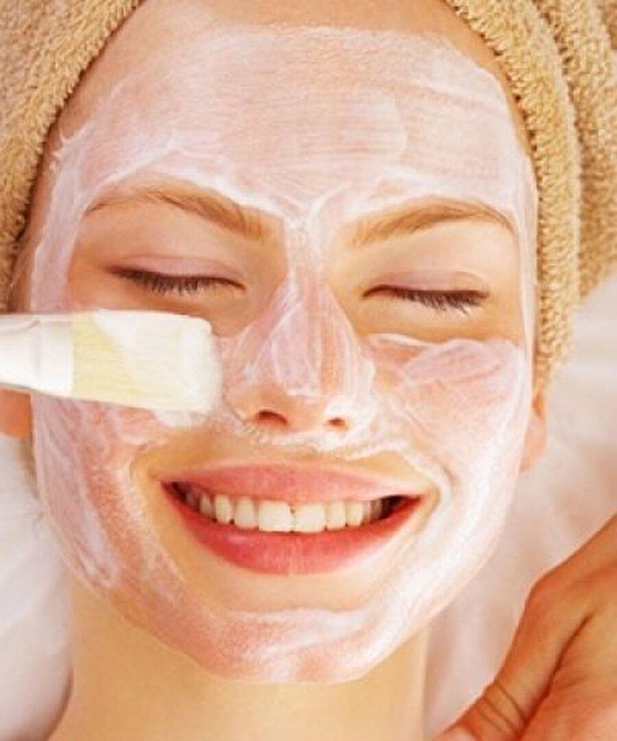Ev yapımı maske tarifi                                                                                                                 Kayısıları çekirdeklerinden ayırıp ezin. İçine diğer malzemeleri ilave edip karıştırın. Karışım hazır hale gelince cildinize uygulayın ve yaklaşık yarım saat bekleyin. Ardından cildinizi ılık suyla yıkayın ve krem yardımıyla nemlendirin.