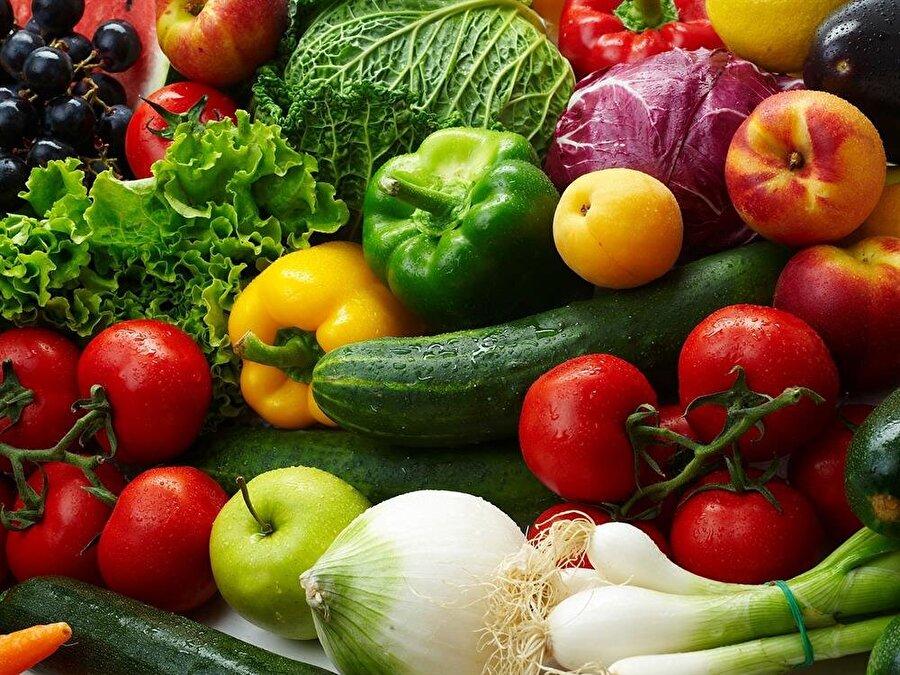 Beslenmeye dikkat!                                                                                                                Nemli ve parlak bir cildin sırrı; doğru ve dengeli beslenmektedir. Aşırı baharatlı ve fazla yağlı yiyeceklerden uzak durup bol sebze tüketin.