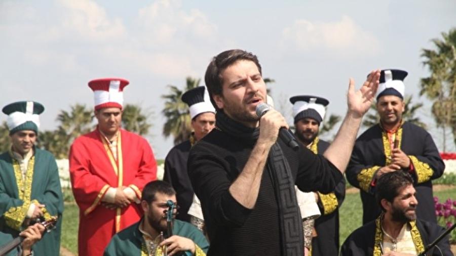 Boşnak dilinde ilahi söyleyecek                                      2007 yılı Bosna konserinde Boşnakça ilahi söyleyen Yusuf, bu yıl da Balkan dillerinde ilahi söyleyecek.