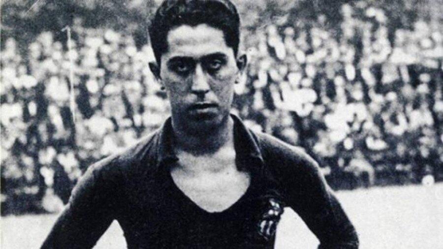 Paulino Alcantara                                                                           7 Ekim 1896'da Filipinler'de dünyaya gelen Paulino Alcantara henüz üç yaşındayken ailesiyle birlikte İspanya'ya göç etti. 1912'de Barcelona forması ile profesyonel kariyerine başlayan Paulino Alcantara, Katalan ekibiyle 357 maça çıktı ve 357 gol attı. Alcantara, 30 yaşında ülkesi Filipinlere giderek doktorluk yapmaya karar verdi. Ancak Barcelona Alcantara'nın yokluğunda üst üste başarısız sonuçlar alınca, ünlü oyuncusunu geri çağırdı. Barcelona'nın ısrarlarına dayanamayan Alcantara, iki ay süren zorlu bir yolculuğun ardından İspanya'ya döndü. Ünlü futbolcu çıktığı ilk maçta Sabadell FC'ye karşı hat-trick yaptı.