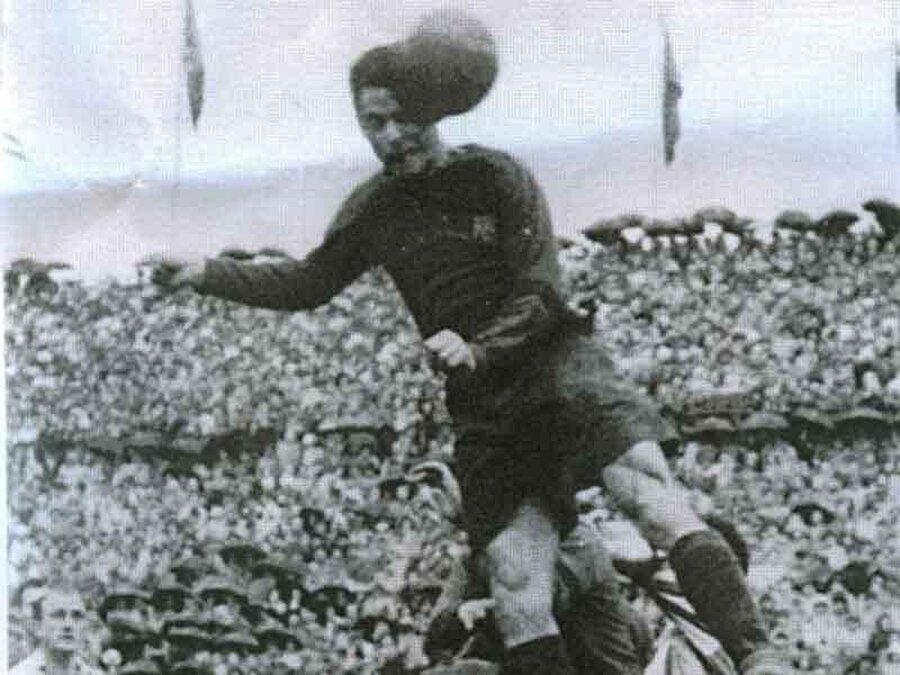 Pepe Samitier                                                                           Barcelona tarihinin üçüncü en golcü ismi olan Pepe Samitier, 1919 yılında henüz 17 yaşındayken Katalan ekibinin formasını giydi. 13 sezon boyunca Barcelona forması giyen Samitier 326 gol attı. Real Madrid'de de bir sezon forma giyen Samitier, futbolu bıraktıktan sonra Barcelona'da teknik direktörlük yaptı.