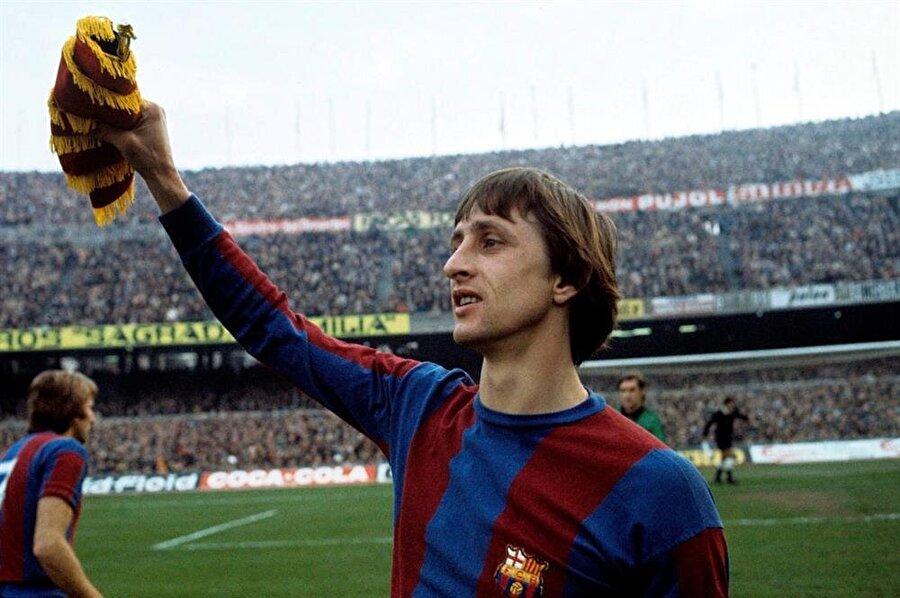 """Johan Cruyff                                                                           25 Nisan 1947'de dünyaya gelen Johan Cruyff, futbol kariyerine Ajax'ta başladı. """"Sarı fare"""" lakaplı futbolcu 1973'te Barcelona'ya transfer oldu. Barcelona tarihinin en önemli isimlerinden Cruyff, Katalan ekibiyle 143 maça çıktı ve 71 gol attı. Ünlü futbol adamı Barcelona'yla 1974'te La Liga şampiyonluğu ve 1978'de İspanya Kral Kupası şampiyonluğunu kazandı. Barcelona'da teknik direktörlük ve yöneticilik yapan Cruyff, 24 Mart 2016'da akciğer kanserinden vefat etti."""