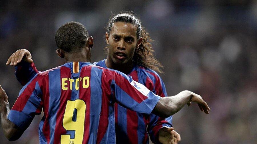 Ronaldinho                                                                           Şimdilerde Peru'nun Cienciano takımında forma giyen Brezilyalı futbolcu Ronaldinho, bir zamanlar Avrupa futbolunda rüzgar gibi esiyordu. 2003-2004 sezonunda PSG'den Barcelona'ya transfer olan Ronaldinho, özel hayatındaki çalkantılara rağmen Katalan ekibinde çok başarılı oldu. Sambacı, Barcelona forması ile 198 maçta 91 gol attı. Ronaldinho 2008'de Milan'a transfer olarak Barcelona macerasına nokta koydu.