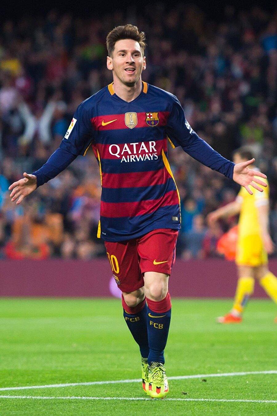 Lionel Messi                                      Arjantinli Lionel Messi, Barcelona tarihinin gelmiş geçmiş en iyi futbolcusu olarak gösteriliyor. 24 Haziran 1987'de dünyaya gelen Messi, 5 yaşındayken babasının çalıştırdığı takımda futbola başladı. 11 yaşındayken büyüme hormonu eksikliği teşhisi konan Messi, ailesiyle birlikte İspanya'ya göç etti. Tedavi süresince Barcelona alt yapısında forma giyen Messi, 2004 yılında A Takıma çıktı. Barcelona formasıyla şimdiye kadar 633 maça çıkan Messi, 547 kez fileleri havalandırdı. Messi, Barcelona ile şimdiye kadar 26 kupa kazandı.