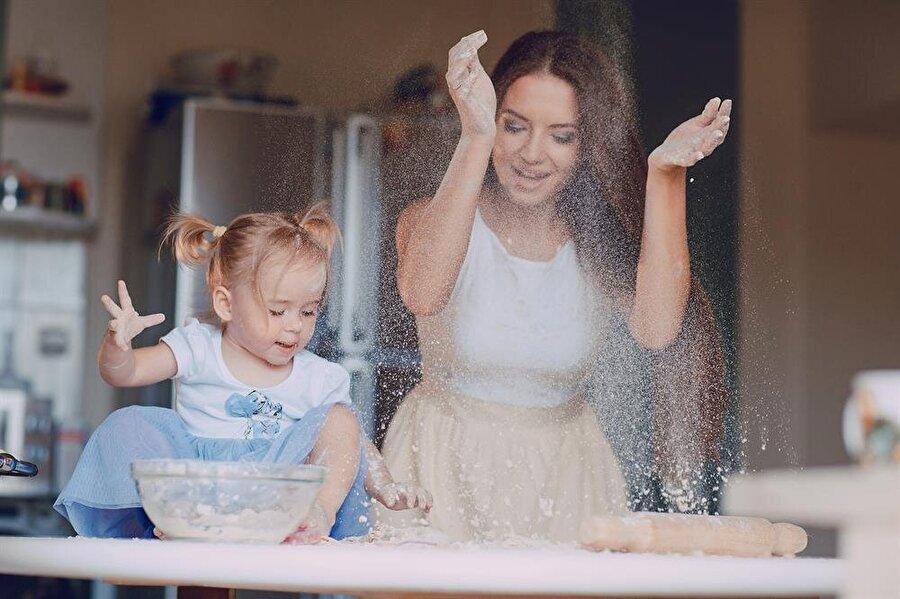 Mutfaktan nefis kokular yükselir                                                                                                                Anne-kız mutfağa girip hem eğlenebilir hem de akşam için lezzetli yemekler yapabilirsiniz.