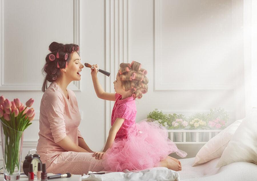 Bakımlı olmak onun da hakkı                                                                                                                Düğün, dernek, bayram fark etmez bir kadın her zaman bakımlı olmak ister. Böyle zamanlarda anne-kız birlikte hazırlanmanın keyfi bambaşkadır.