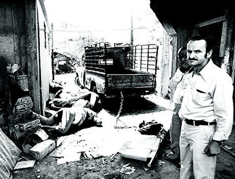İsrail birliklerinden alınan buldozerlerle kamplara giren Falanjistler evleri, içindeki insanlarla beraber yıkmaya başladılar. Kaçabilen ve son çare olarak hastanelere sığınan mülteciler, kendilerini takip eden Falanjistler tarafından hastanede yatan hastalar ve görevlilerle birlikte öldürüldü. Falanjistler, İsrail birliklerinden o kadar çok destek almıştı ki üniformaları dahi İsrail ordusununkiyle aynıydı.   Yalnızca İsrail ordusunu temsil eden Tsahal yazısı yerine Lübnan Kuvvetleri yazıyordu.