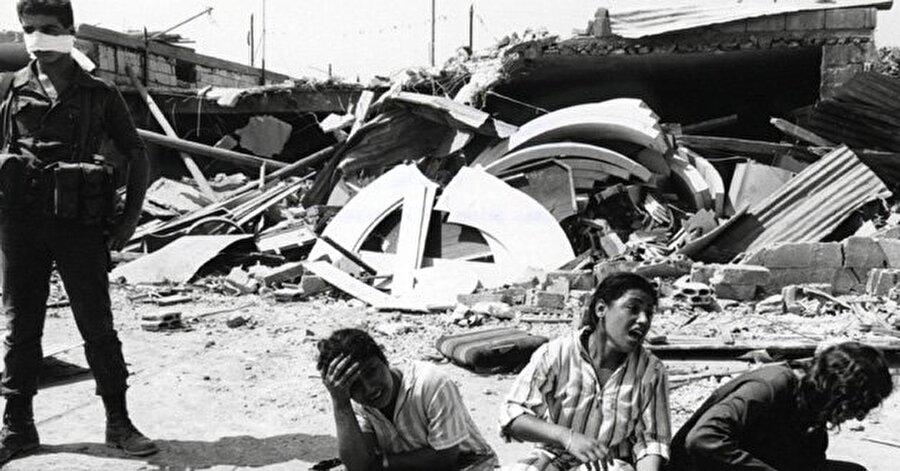 """Falanjistler, sağlam kalan birkaç duvarın üzerine şöyle yazmıştı: """"Tanrı buradan geçti.""""   Falanjistler yaptıkları işten gurur duyuyorlardı ve bu yaptıkları da yanlarına kar kalıyordu.   Katliamın şekli, vahşetin boyutu ve acımasızlığı, Falanjistlerin asıl gayesinin suikast sonucu ölen liderleri Beşir Cemayel'in intikamını almak değil, mültecileri bir daha geri dönmemek üzere Lübnan'ı terk etmeye zorlamak olduğunu gösteriyordu."""