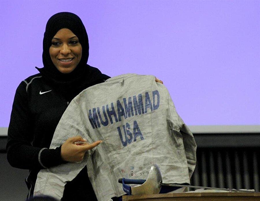 Obama'ya ders verdi                                      ABD'de dikkat çeken sporcular arasında yer alan Ibtihaj Muhammed, Barack Obama'nın eşi Michelle Obama'ya eskrim dersi vermişti.