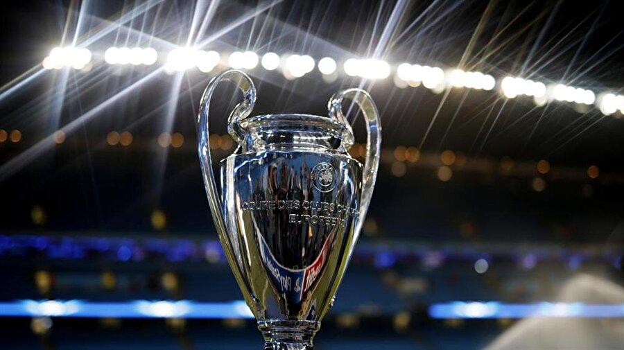 21:45 değil 22.45'te başlayacak                                      Yaz saati uygulamasının kış aylarında da devam edecek olması Avrupa liglerinde oynanacak maçlarının saatlerini de etkiledi. 21:45'te başlamasına alışık olduğumuz Şampiyonlar Ligi maçları bundan sonra 22:45'te oynanacak.