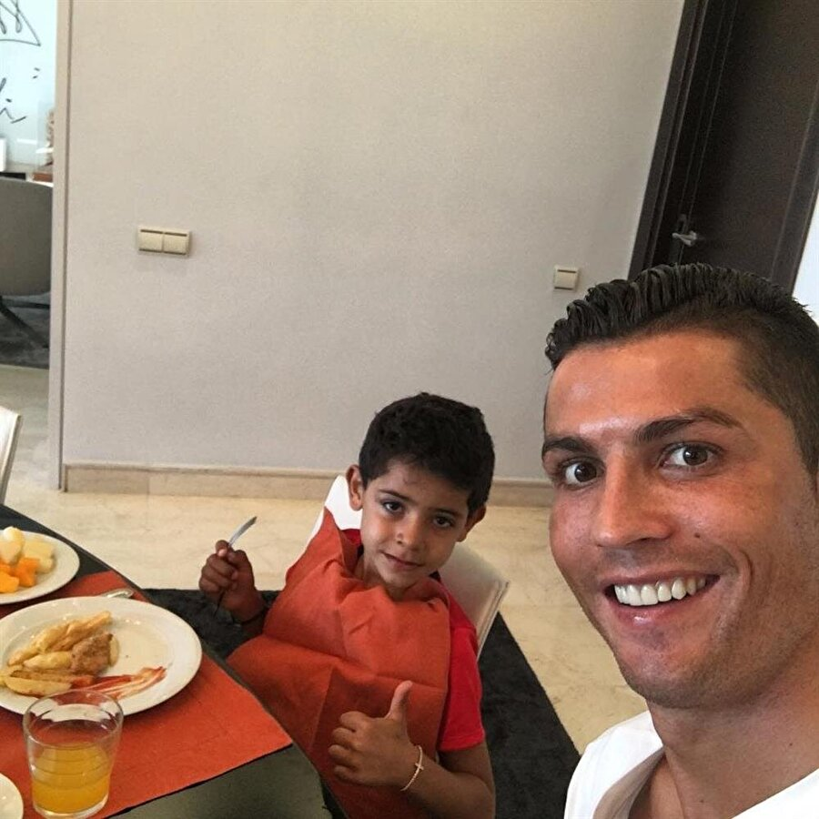 Cristiano Ronaldo Real Madrid'li futbolcu, oğlu Cristiano Ronaldo Jr.'ı bir an olsun yalnız bırakmıyor. Minik Ronaldo, babasının isteği üzerine annesini hiç tanımıyor.