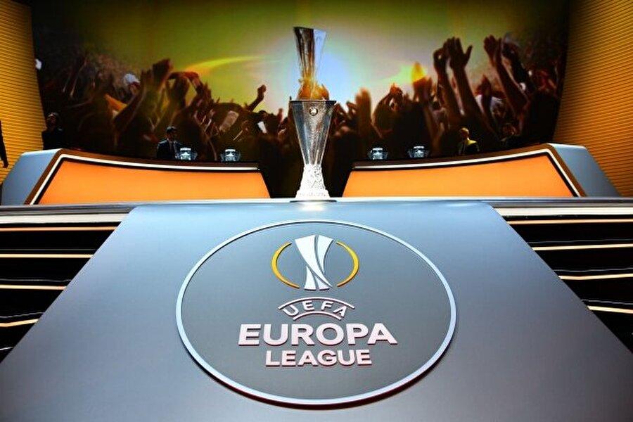 İlk haftanın maç programı (TSİ) şöyle 18.00 Karabağ (Azerbaycan) - Slovan Liberec (Çek Cumhuriyeti)  20.00 Feyenoord (Hollanda) - Manchester United (İngiltere)  20.00 Zorya (Ukrayna) - Fenerbahçe (Türkiye)  20.00 Young Boys (İsviçre) - Olympiakos (Yunanistan)  20.00 APOEL (Kıbrıs Rum Kesimi) - Astana (Kazakistan)  20.00 Mainz 05 (Almanya) - Saint-Etienne (Fransa)  20.00 Anderlecht (Belçika) - Gebele (Azerbaycan)  20.00 AZ Alkmaar (Hollanda) - Dundalk (İrlanda Cumhuriyeti)  20.00 Maccabi Tel-Aviv (İsrail) - Zenit (Rusya)  20.00 Viktoria Plzen (Çek Cumhuriyeti) - Roma (İtalya)  20.00 Astra (Romanya) - Austria Wien (Avusturya)  20.00 Rapid Wien (Avusturya) - Genk (Belçika)  20.00 Sassuolo (İtalya) - Athletic Bilbao (İspanya)  22.05 Standard Liege (Belçika) - Celta (İspanya)  22.05 Panathinaikos (Yunanistan) - Ajax (Hollanda)  22.05 Atiker Konyaspor (Türkiye) - Shakhtar Donetsk (Ukrayna)  22.05 Braga (Portekiz) - Gent (Belçika)  22.05 Salzburg (Avusturya) - Krasnodar (Rusya)  22.05 Nice (Fransa) - Schalke 04 (Almanya)  22.05 PAOK (Yunanistan) - Fiorentina (İtalya)  22.05 Inter (İtalya) - Hapoel Beer-Sheva (İsrail)  22.05 Southampton (İngiltere) - Sparta Prag (Çek Cumhuriyeti)  22.05 Osmanlıspor (Türkiye) - Steaua Bükreş (Romanya)  22.05 Villarreal (İspanya) - Zürih (İsviçre)